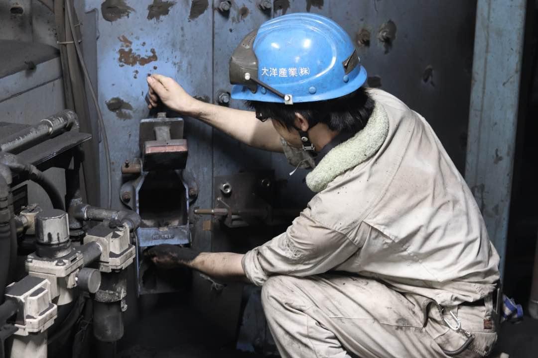 砂を管理している様子|技術開発部|三重県鋳造メーカー求人情報|大洋産業